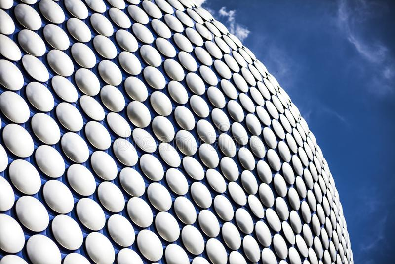 Revestimiento exterior constructivo moderno futurista en el centro comercial en el centro de Birmingham, Inglaterra Pernos azules fotografía de archivo libre de regalías