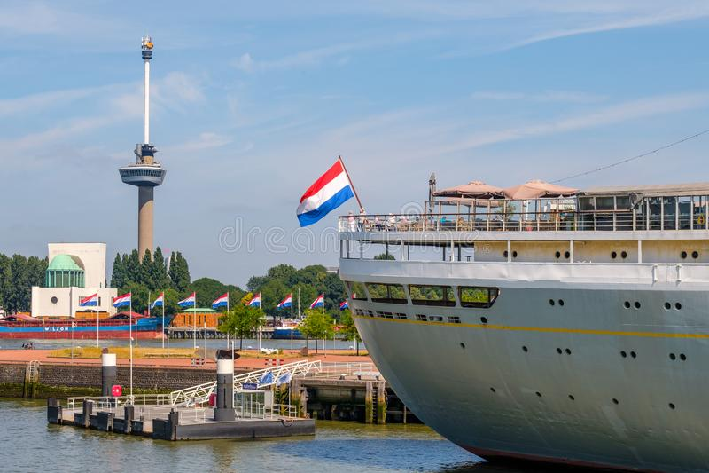 Revestimiento marino y barco de cruceros anteriores de los SS Rotterdam Euromast en fondo Rotterdam, Países Bajos imagenes de archivo