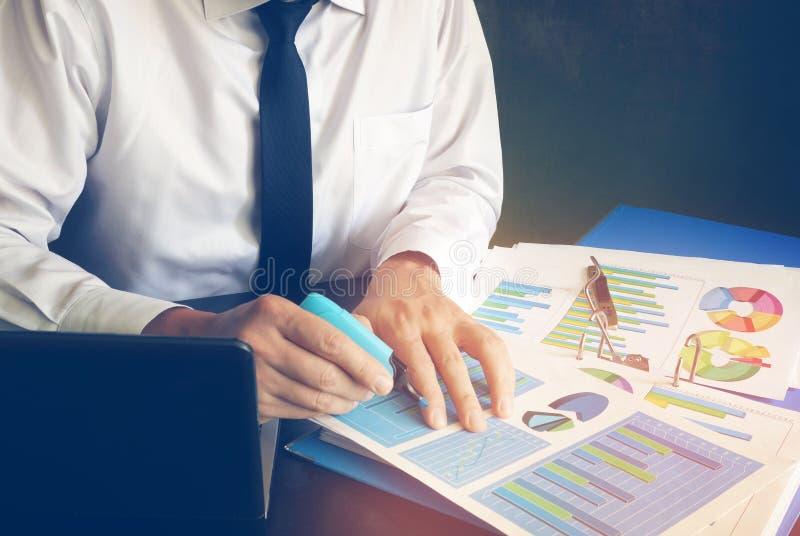 Revidera den finansiella rapporten eller att skapa marknadsföringsstrategi royaltyfri foto