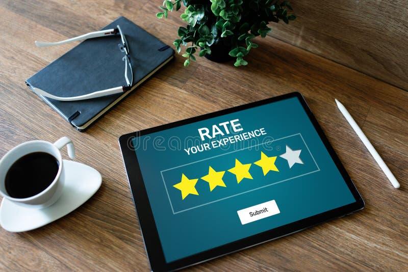 Revisão da experiência do cliente da taxa Serviço e satisfação do cliente Avaliação de cinco estrelas Conceito do Internet do neg imagens de stock royalty free