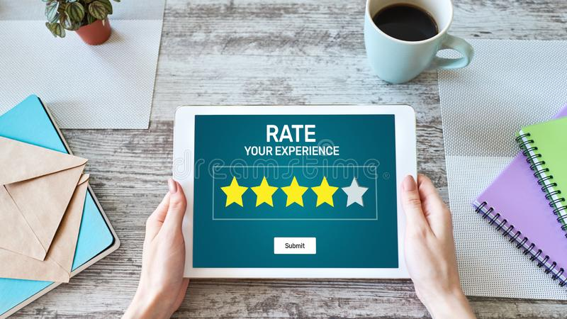 Revisão da experiência do cliente da taxa Serviço e satisfação do cliente Avaliação de cinco estrelas Conceito do negócio e da te imagem de stock