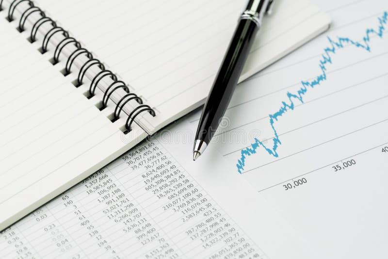 Revisão de desempenho empresarial, orçamento, economia ou investimento concentrados imagens de stock royalty free