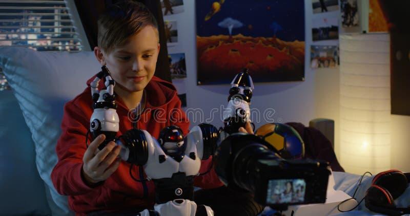 Revisão de película do menino do robô do brinquedo fotografia de stock