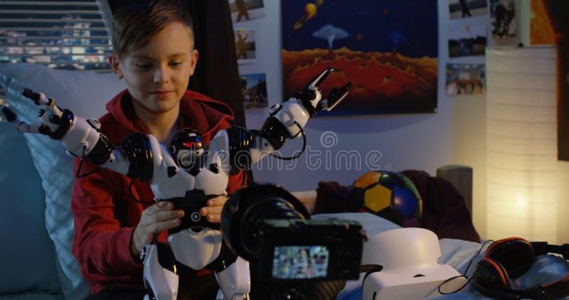 Revisão de película do menino do robô do brinquedo fotos de stock royalty free