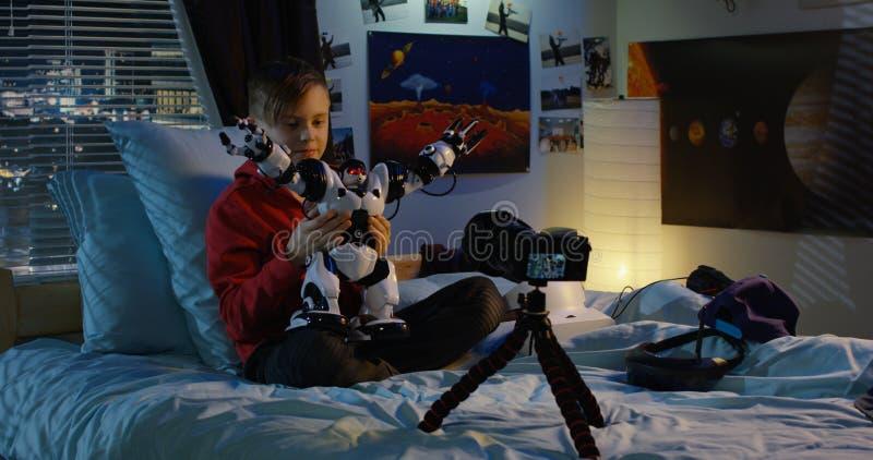 Revisão de película do menino do robô do brinquedo foto de stock