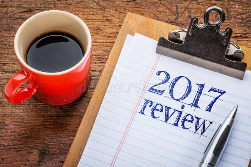 revisão 2017 no quadro-negro na prancheta fotografia de stock royalty free