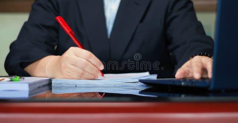 Revisión de la mesa negra en la oficina imagen de archivo libre de regalías