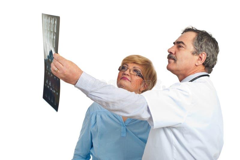 Revisión MRI del hombre del doctor con la mujer paciente fotografía de archivo libre de regalías