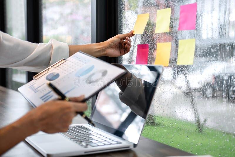 Revision för revisor för klibbig bräde för schema för påminnelse för anmärkningspapper, affärskvinna arbetande och beräkning av d fotografering för bildbyråer