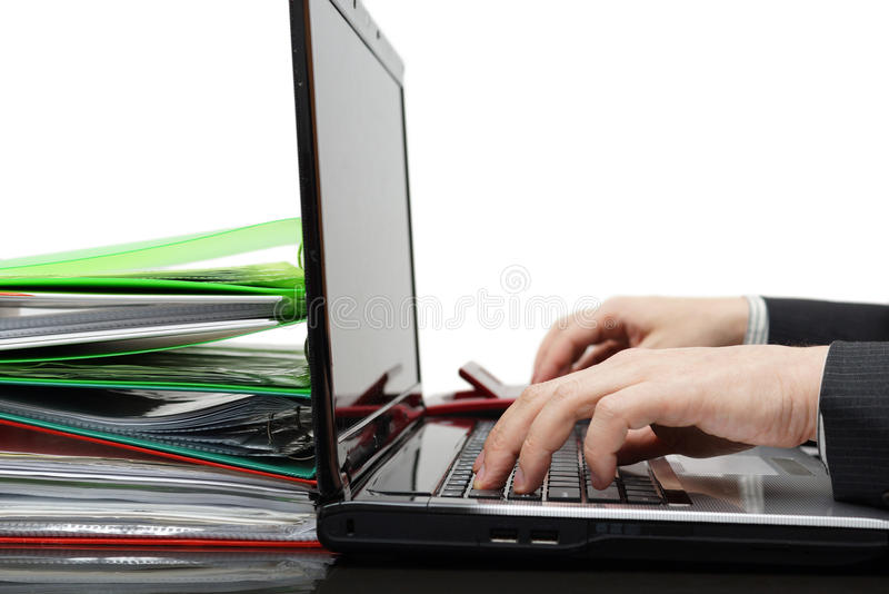 Revisor med mycket av dokumentation som arbetar på datoren royaltyfri bild