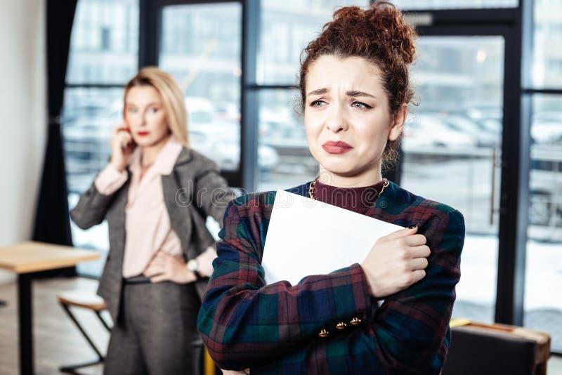 Revisor som gråter efter jobbintervju med den strikta affärskvinnan royaltyfria foton