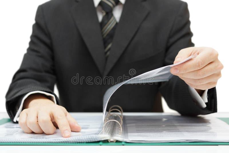 Revisor som kontrollerar dokumentation royaltyfri fotografi