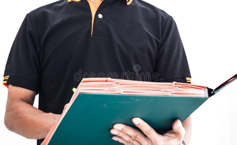 Revisor som kontrollerar dokumentation royaltyfri bild