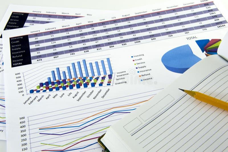 Revisorn verifierar exaktheten av bokföringsunderlag Bokföring bokföringbegrepp arkivbild