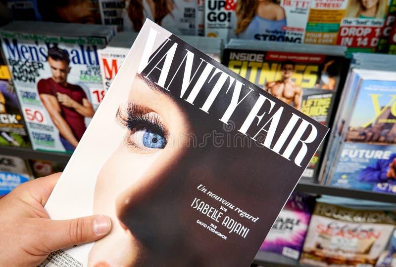 Revista de Vanity Fair en una mano imagen de archivo libre de regalías