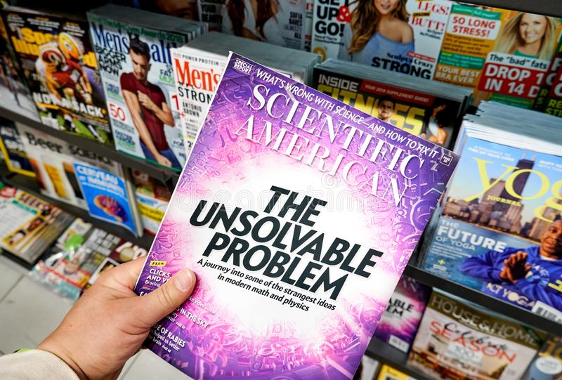 Revista del Scientific American en una mano foto de archivo libre de regalías