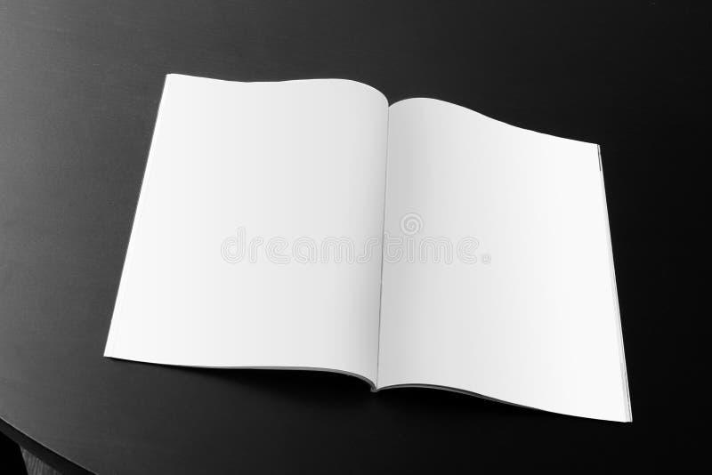 Revista en blanco en la tabla imágenes de archivo libres de regalías