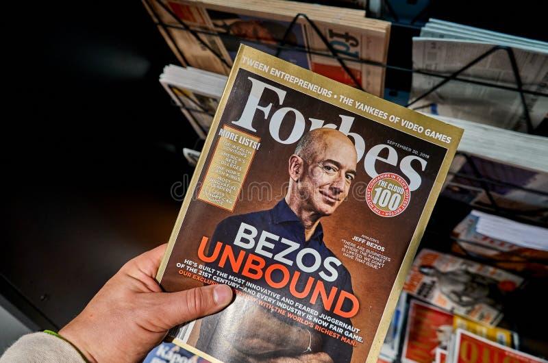Revista Forbes con Jeff Bezos foto de archivo