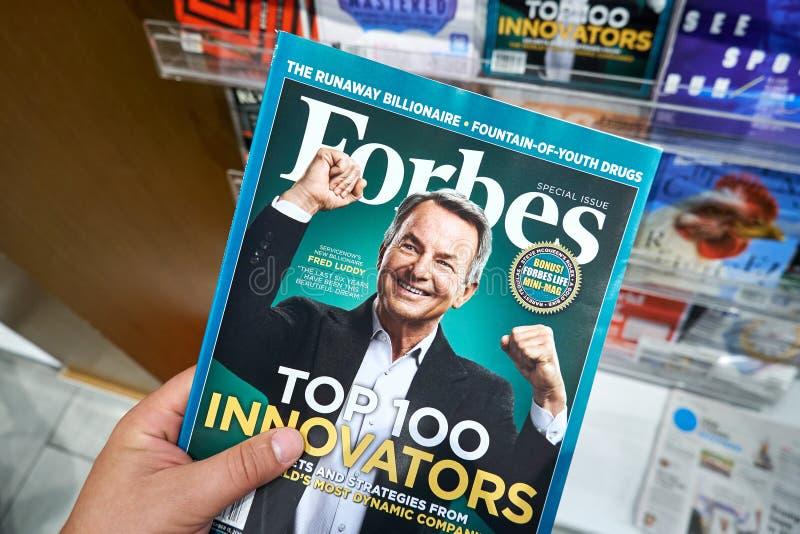 Revista Forbes en una mano fotografía de archivo libre de regalías