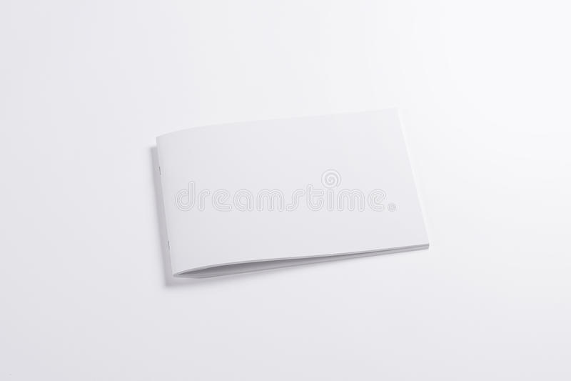 Revista horizontal en blanco aislada en blanco fotos de archivo