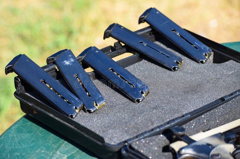 Revistas de una pistola fotografía de archivo