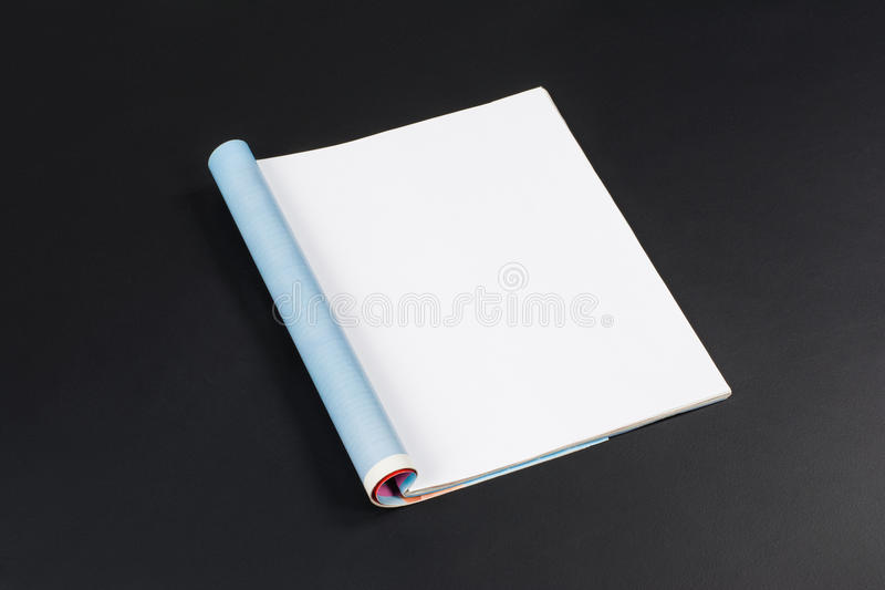 Revistas o catálogo de la maqueta en fondo negro de la pizarra imagenes de archivo