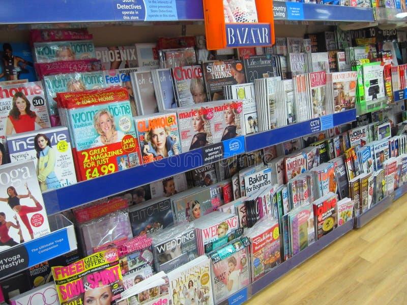 Revistas para la venta en una tienda. fotos de archivo libres de regalías