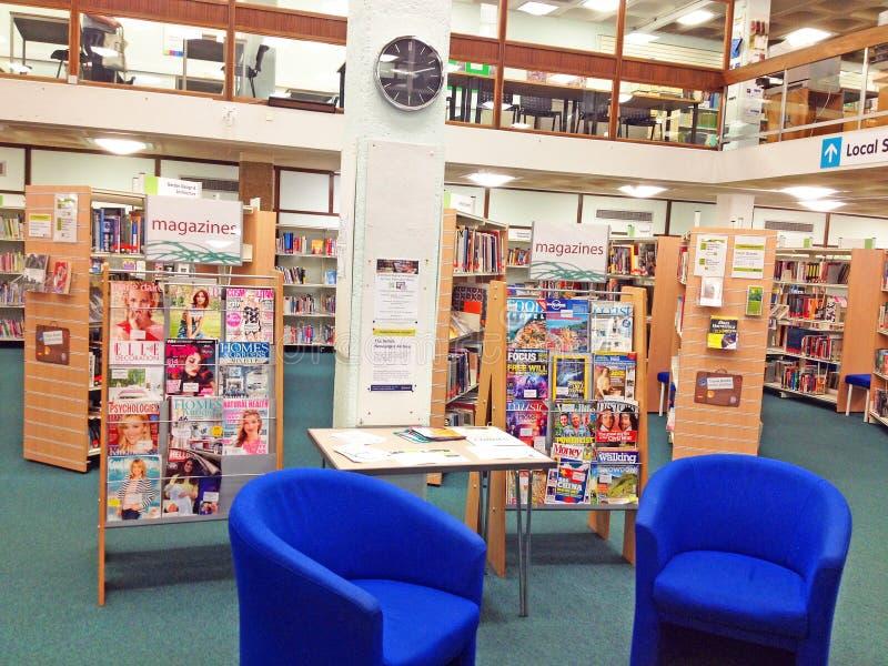 Revistas para leer adentro una biblioteca pública fotografía de archivo libre de regalías