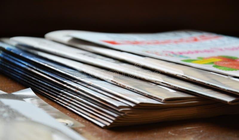 Revistas y estante fotografía de archivo