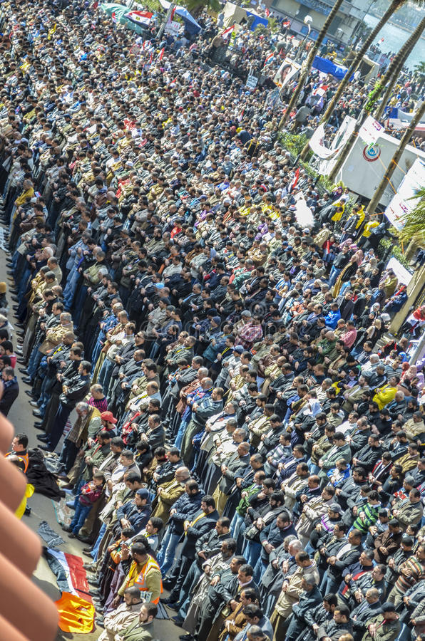 A revolução egípcia, demonstrações rezou orações de sexta-feira na frente de Ibrahim Mosque em Alexandria fotos de stock