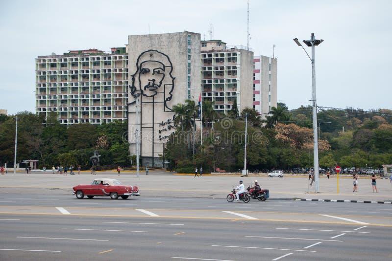 Revolutievierkant in het centrum van Havana met het kenmerken van een ijzermuurschildering van het gezicht van Che Guevara op Min royalty-vrije stock afbeelding