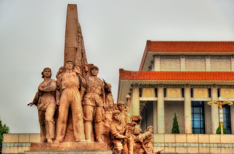 Revolutionäre Statuen am Mausoleum von Mao Zedong in Peking lizenzfreie stockbilder