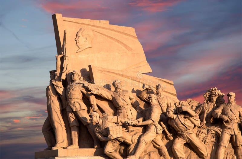 Revolutionäre Statuen am Tiananmen-Platz in Peking, China lizenzfreie stockbilder