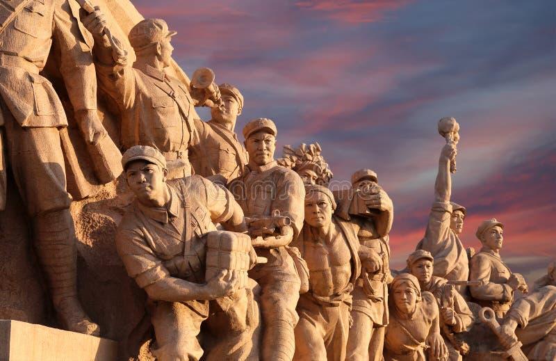 Revolutionäre Statuen am Tiananmen-Platz in Peking, China stockfotos