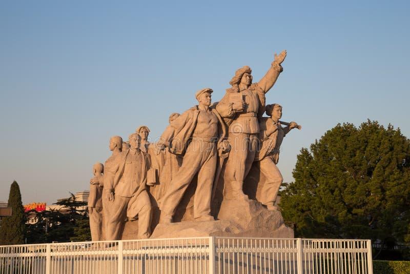 Revolutionäre Statuen am Tiananmen-Platz in Peking, China stockfotografie