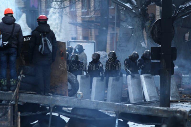 Revolutionairen die barricades bewaken stock afbeelding