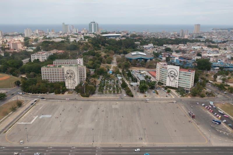 Revolutionsquadrat in der Mitte von Havana mit der Aufmachung eines Eisenwandgemäldes Camilo Cienfuegos Gesichtes im Ministerium  stockbild