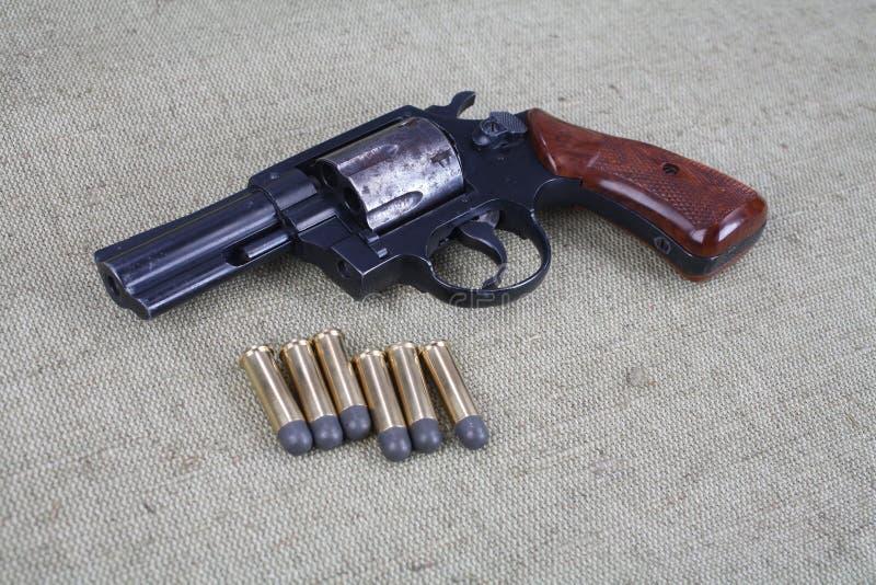 Revolver avec des munitions photos libres de droits
