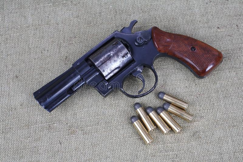 Revolver avec des munitions photos stock