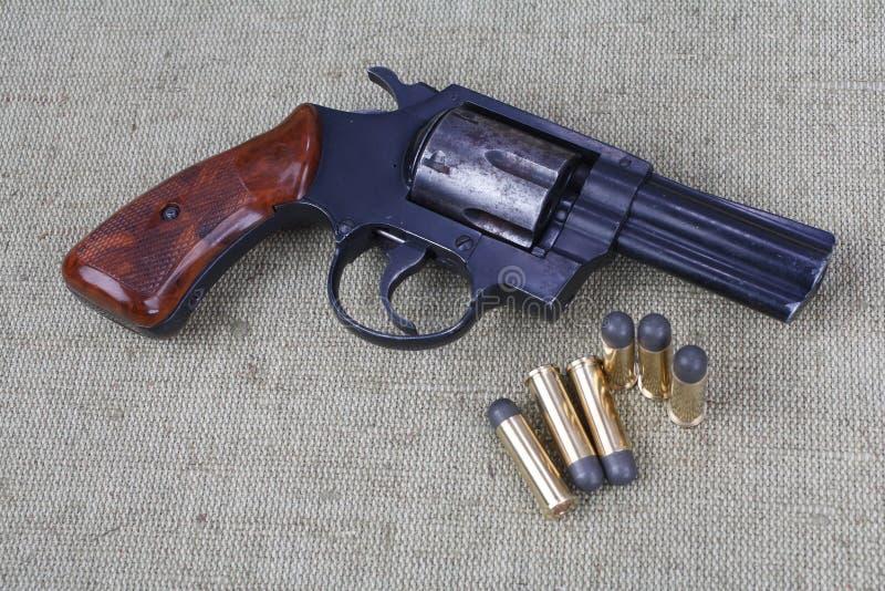 Revolver avec des munitions images stock