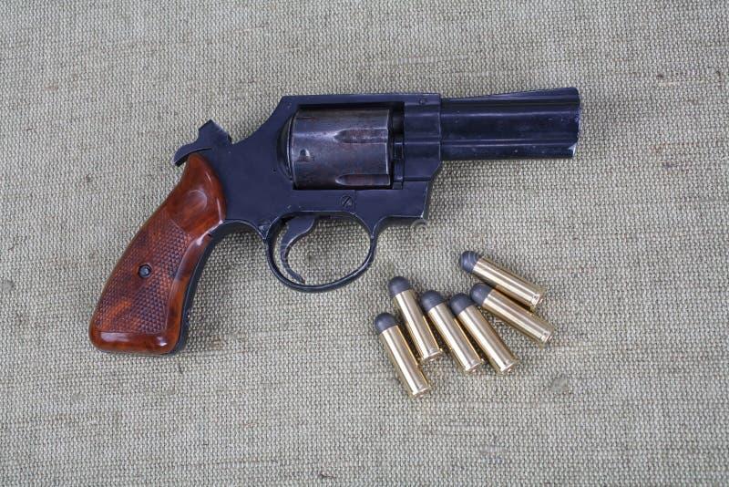 Revolver avec des munitions photographie stock