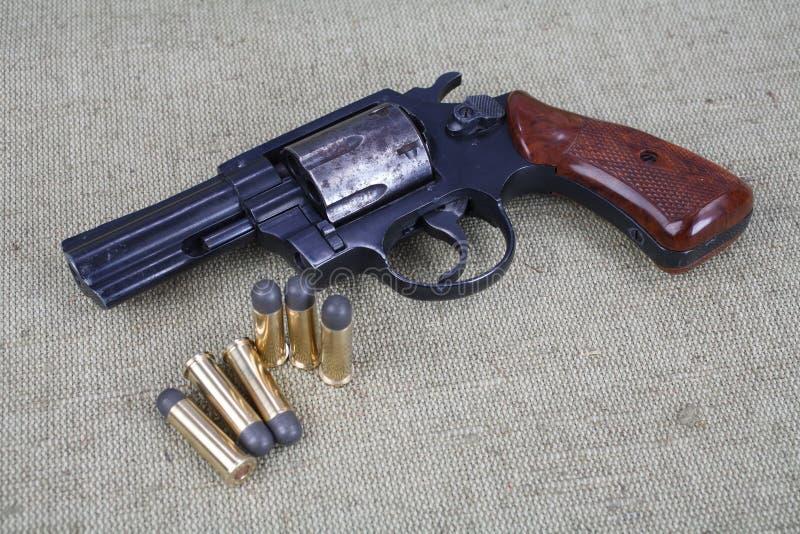 Revolver avec des munitions photographie stock libre de droits