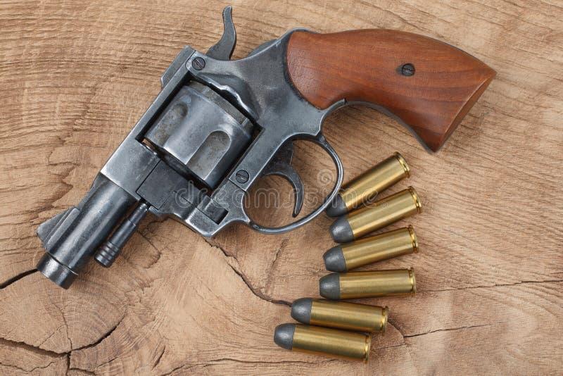 Revolver avec des munitions image libre de droits