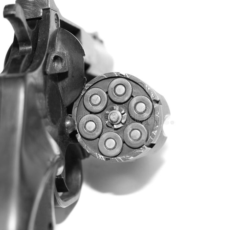 Revolver avec le plan rapproché de balles d'isolement sur le fond blanc/photo noire et blanche dans un rétro style photo libre de droits