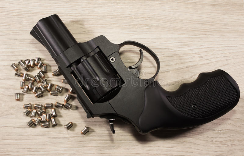 Revolver de Flaubert avec des balles images stock