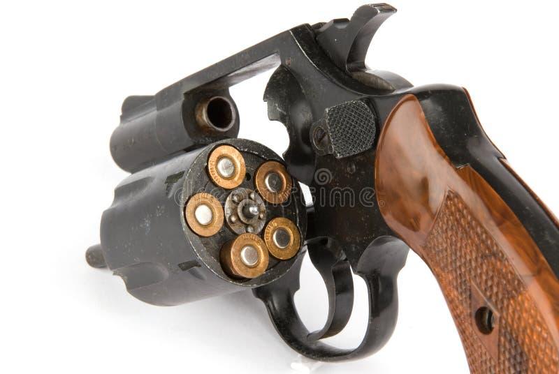 Revolver mit Gewehrkugeln stockbild