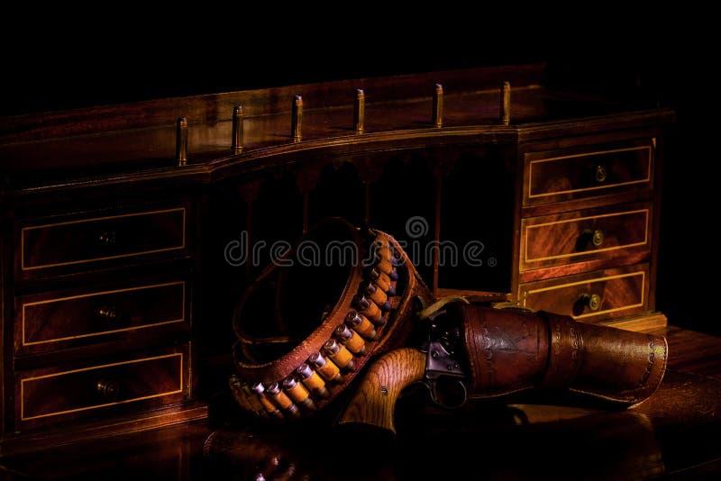 Revolver sullo scrittorio antico fotografia stock
