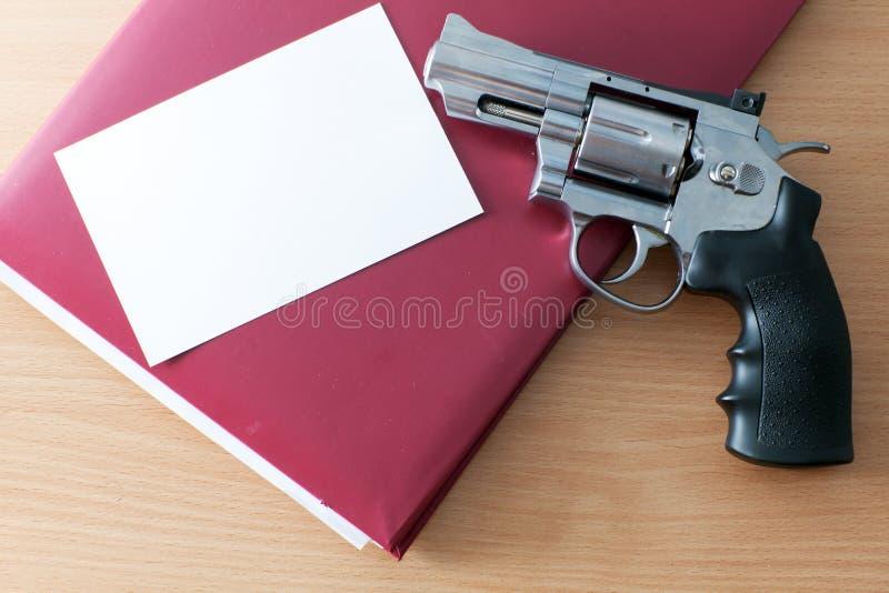 Revolver sur la table photo libre de droits