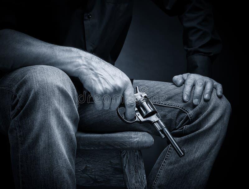 Revolver in zijn hand royalty-vrije stock afbeeldingen