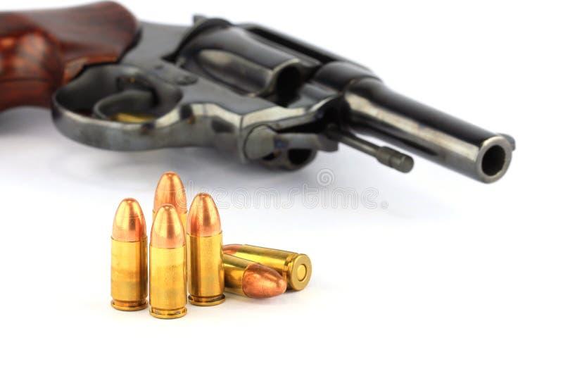 Revolverpistole und -gewehrkugeln stockbilder